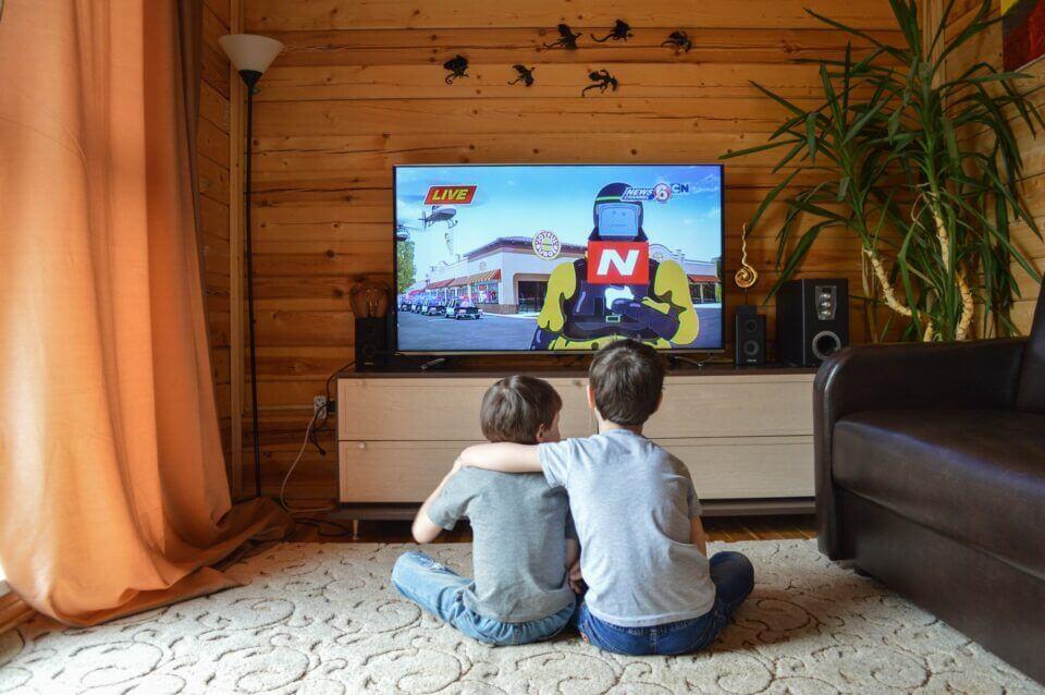Το σχολικό γεύμα και η τηλεόραση συνδέονται με την παιδική παχυσαρκία