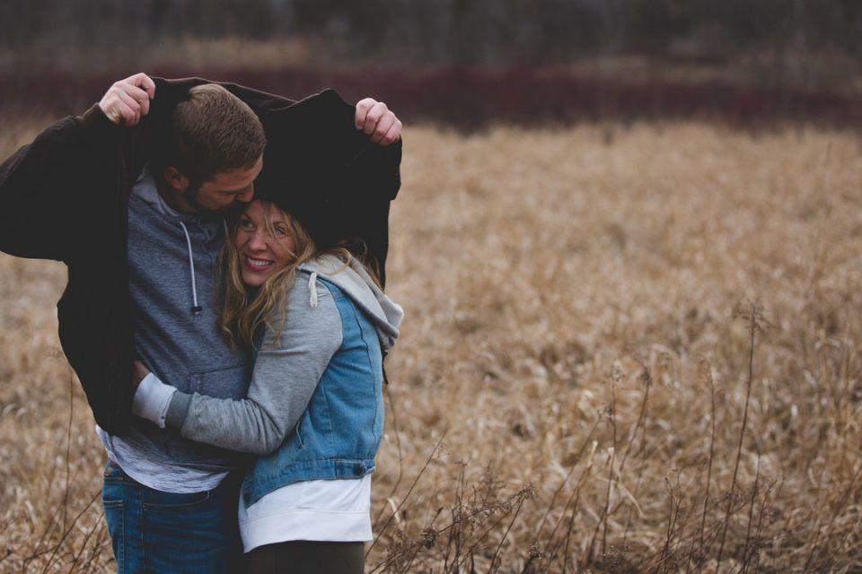 Η αγκαλιά ωφελεί περισσότερο την καρδιά των γυναικών