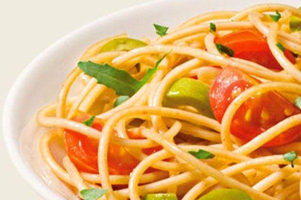 Spaghetti olikhs alesews ntomatinia tseri roka prasines elies