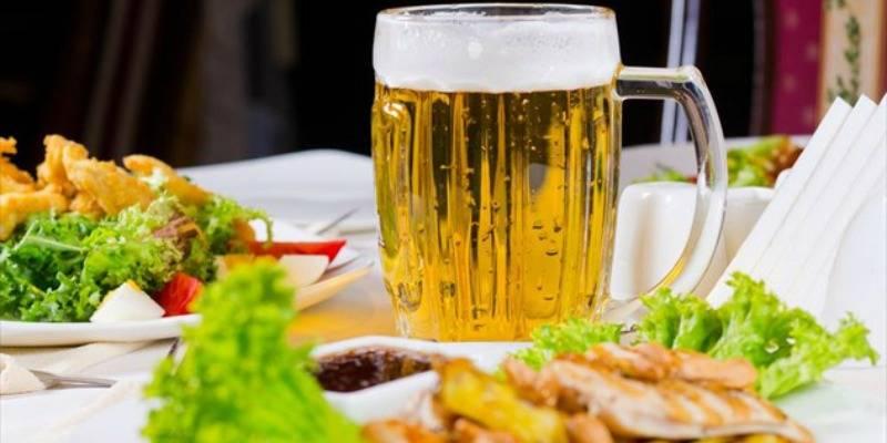 Γιατί τρώτε περισσότερο όταν πίνετε;