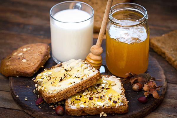 Πολύσπορο ψωμί ολικής αλέσεως με ταχίνι, μέλι, αμύγδαλα και γάλα